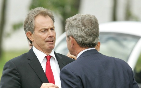 G. W. Bush harangue Tony Blair au G-8 russe. Jim Bourg/REUTERS