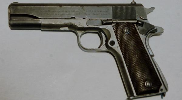fusillade de toulouse qui poss de un pistolet de 11 43 mm. Black Bedroom Furniture Sets. Home Design Ideas