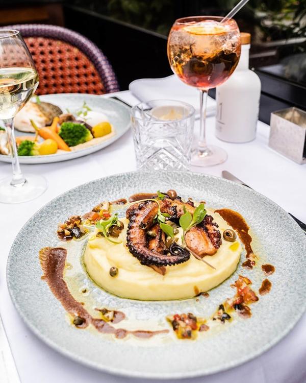À la Brasserie La Lorraine, poulpe grillé aux câpres et olives taggiashe. | Brasserie La Lorraine