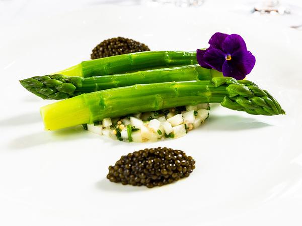 À La Grande Cascade, asperges vertes du Lubéron et blanches des Landes au caviar osciètre.
