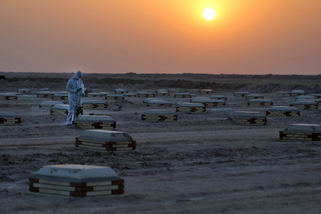 À Nadjaf, en Irak, les victimes du Covid-19 reposent à 20 kilomètres de la ville sainte dans un cimetière improvisé en plein désert (photo prise le 10 juin 2020). À cause de sonsystème de santé fragile, le pays s'est retrouvé démuni face à la pandémie et ses hôpitaux ont notamment souffert d'une pénurie d'oxygène.