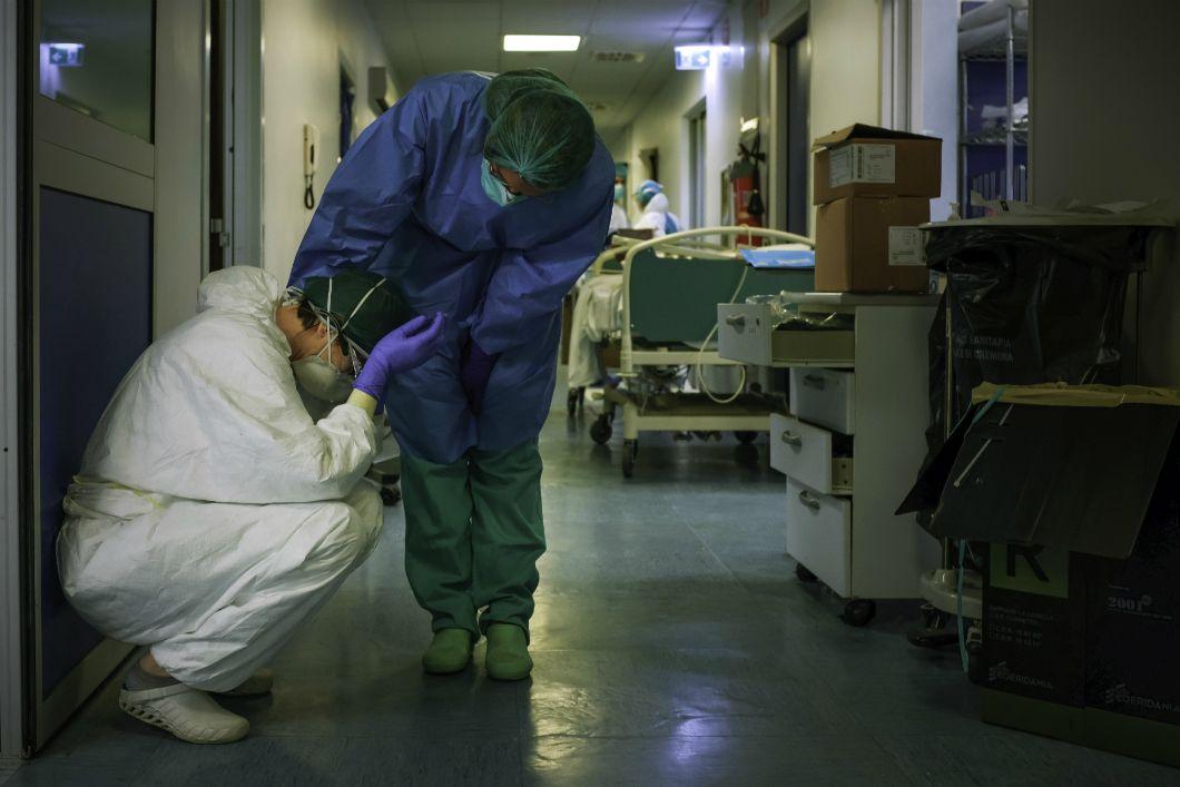 Premier pays d'Europe touché par le Covid-19, l'Italie a été durement meurtrie dans les premières semaines de sa lutte contre le virus. Très vite, les hôpitaux sont débordés et leur personnel est épuisé, comme ici, le 13 mars 2020, à l'hôpital de Crémone, au sud-est de Milan. Partout dans le monde, le travail acharné du personnel de santé, qui aura permis de sauver de nombreuses vies, sera salué. Aujourd'hui, alors que la pandémie progresse de nouveau en Europe (en France et en Espagne notamment), l'Italie semble résisterà une seconde vague d'infections.