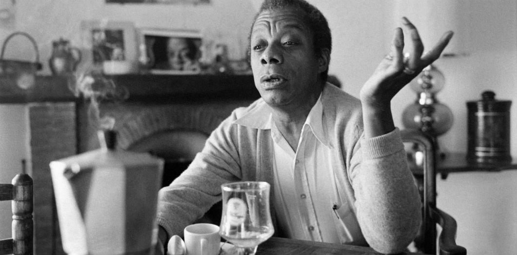 L'écrivain et activiste James Baldwin dans sa maison de Saint-Paul-de-Vence dans le sud de la France le 6 novembre 1979. | Ralph Gatti / AFP