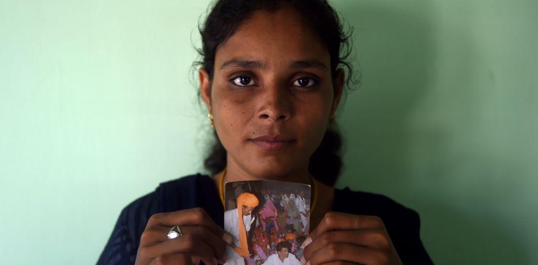 Santa Devi Meghwal pose avec la photo de son mariage forcé quand elle avait 11 ans. |Money Sharma / AFP