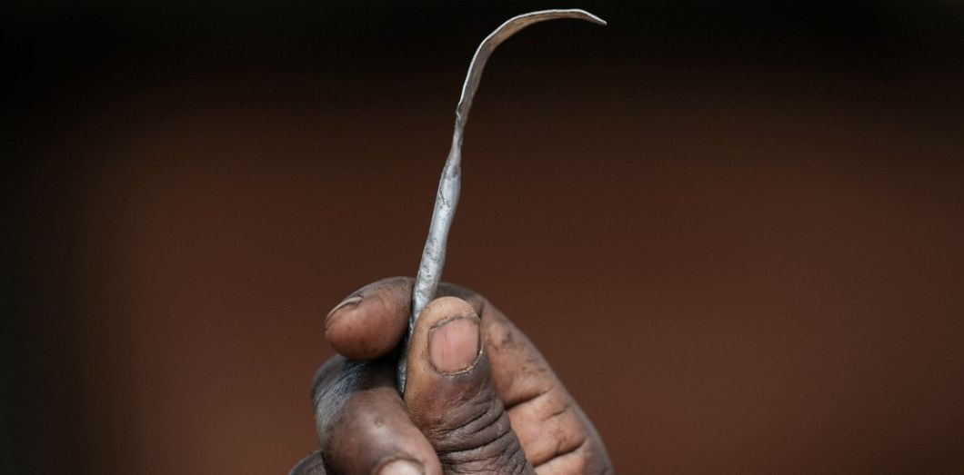 Un outil utilisé pour l'excision en Ouganda en janvier 2018.   YASUYOSHI CHIBA / AFP