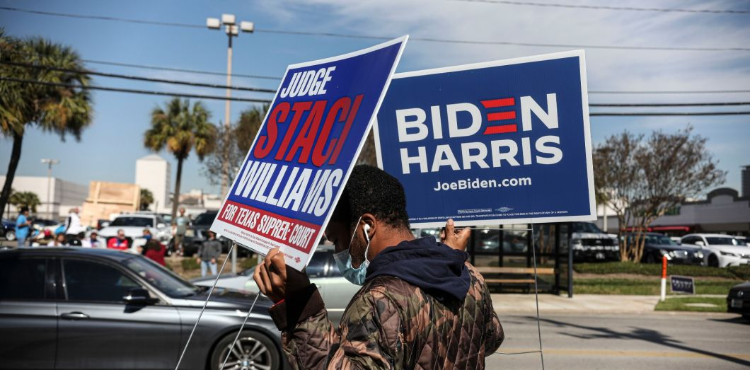 Un soutien de Joe Biden à Houston, Texas, le 3 novembre 2020.   Sandy Huffaker / Getty Images North America/ AFP