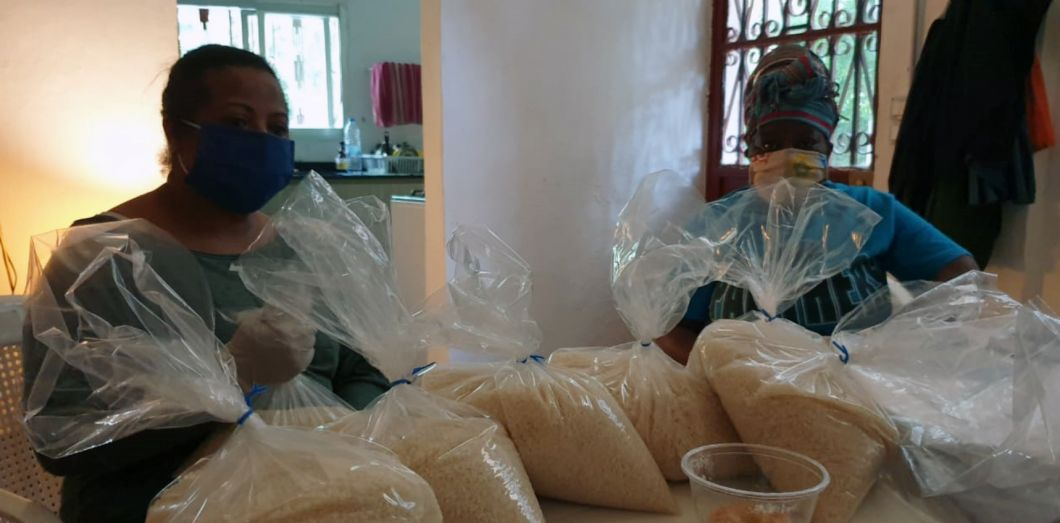 Deux membres de l'Alliance préparent des paquets de riz à distribuer auxtravailleuses domestiques immigrées dans le besoin, à Beyrouth, pendant la pandémie de Covid-19.   The Alliance of Migrant Domestic Workers in Lebanon