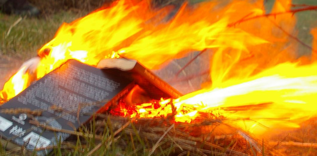 Comment Bruler Un Livre Slate Fr