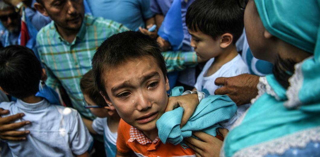 Un garçon pleure lorsque des policiers turcs repoussent les manifestants d'un rassemblement dénonçant le traitement que la Chine inflige aux Ouïghours, le 5 juillet 2018 devant le consulat chinois à Istanbul (Turquie).   Ozan Kose / AFP