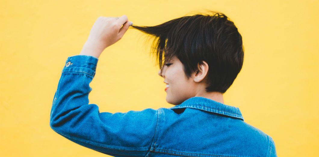 Femme qui se coupe les cheveux court