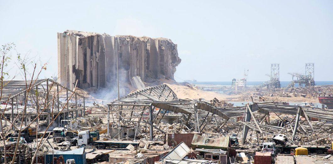 Vue du port de Beyrouth, le lendemain matin de l'explosion, le 5 août 2020. Les réserves contenues dans le silo à grains ont été détruites.   David Hanna