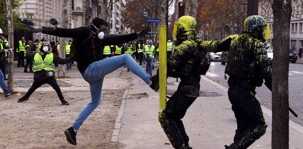 a654bbaea424e Une rixe entre un manifestant et des policiers aux Champs-Élysées, le 1er  décembre
