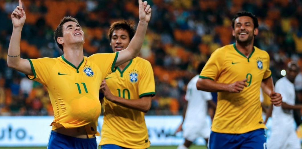 Les Brésiliens Oscar, Neymar et Fred fêtent le but du premier contre  l Afrique b345d873d564