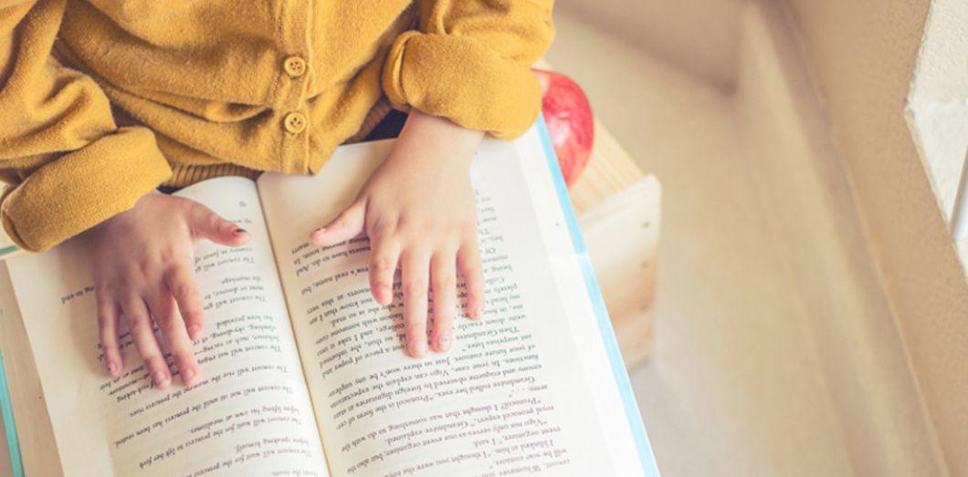Pour Qu Il Lise Mieux Vaut Donner Un Livre Papier A Un Enfant Slate Fr