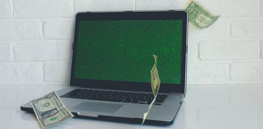 Un ordinateur et des billets | NeONBRAND via Unsplash