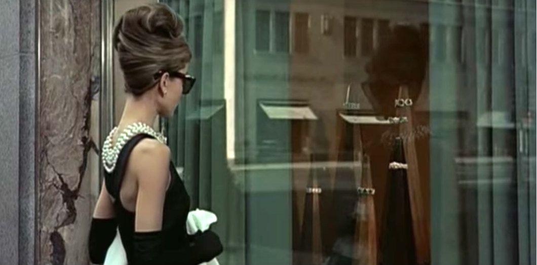 1bd6a6b87b2 Audrey Hepburn en petite robe noire Givenchy dans «Diamants sur canapé»