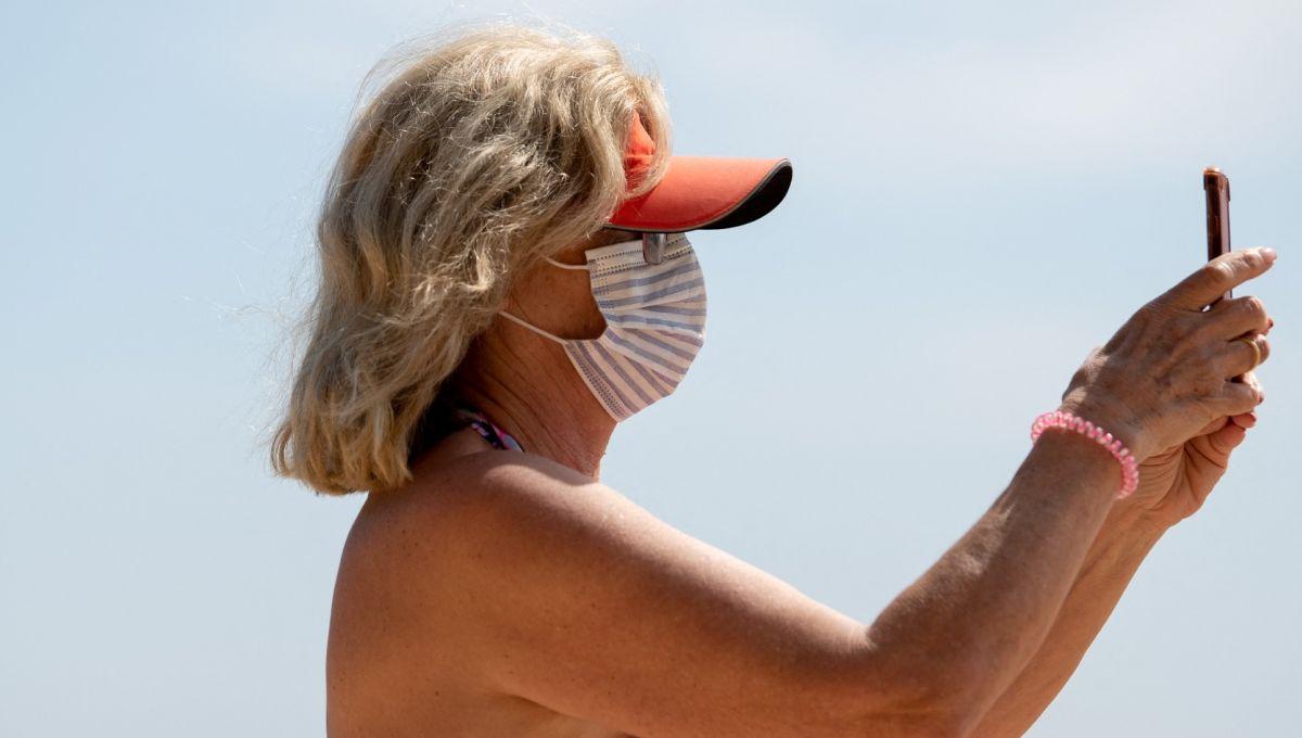 Une femme sur une plage d'Espagne, le 31 mars 2021.   Josep Lago / AFP
