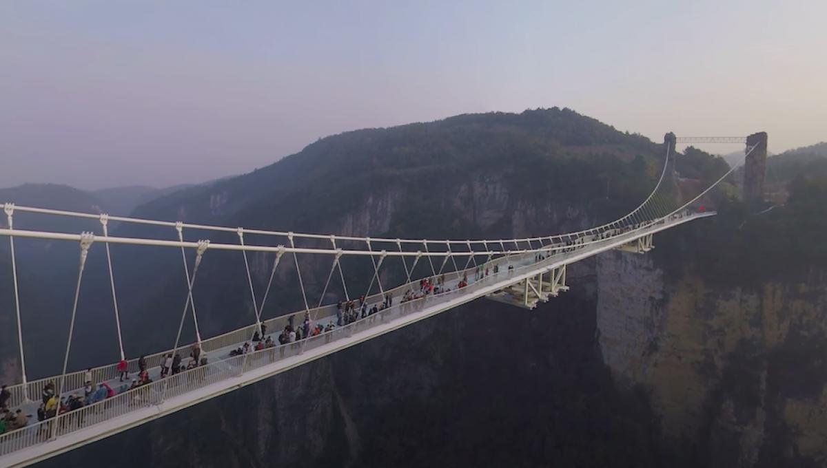 Le Zhangjiajie Glass Bridge, plus célèbre pont de verre de Chine.   capture d'écran via YouTube