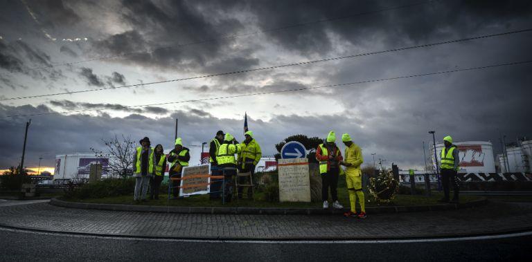 Rassemblement de «gilets jaunes» près de la raffinerie de Feyzin (Rhône), le 17 décembre 2018 | Jean-Philippe Ksiazek / AFP